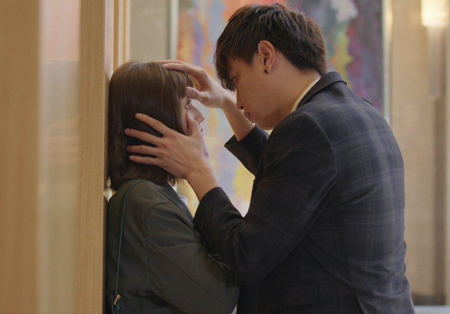 方志友(左)加入「女力報到-愛情公寓」演出和鯰魚哥壁咚。圖/TVBS提供