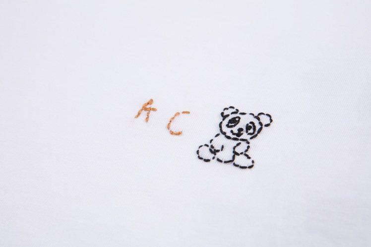 陳庭妮以名字的簡寫A.C.和小熊打造專屬於己的刺繡T恤。圖/COACH提供