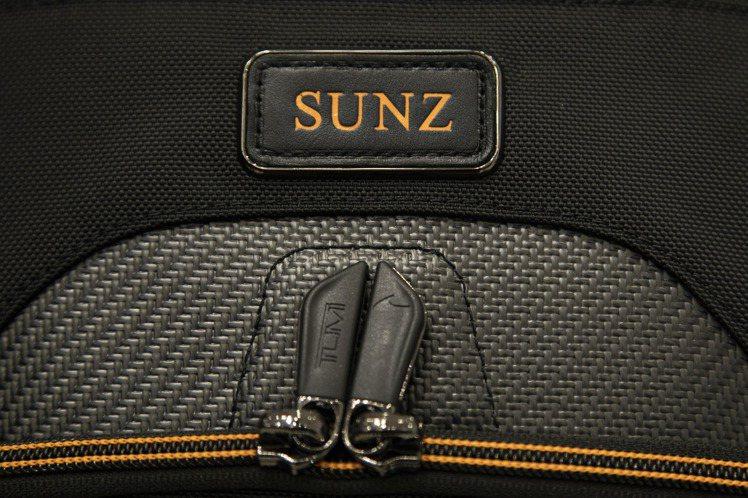 王陽明在新入手的TUMI與麥拉倫聯名包款上,烙印下「SUNZ」特別印記。圖/TU...