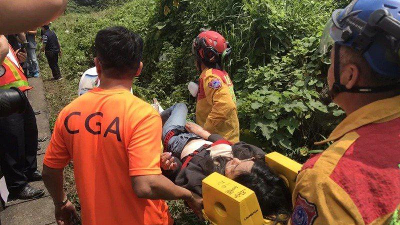 救難人員在台鐵太魯閣號事故中搶救傷者。記者王燕華/攝影