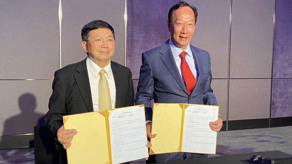 鴻海暨永齡創辦人郭台銘(右)與台康生總經理劉理成簽投資意向書。台康生/提供
