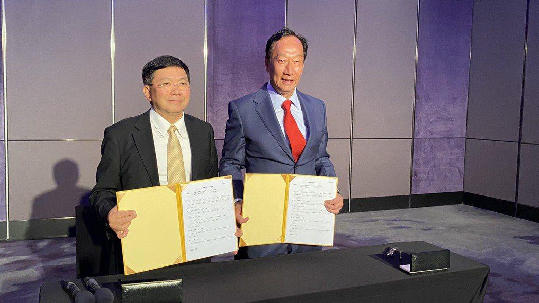 鴻海暨永齡創辦人郭台銘與台康生總經理劉理成簽投資意向書。台康生/提供