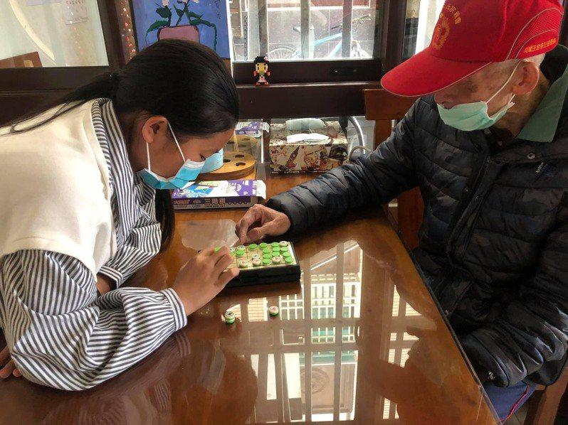 金門縣開辦家庭托顧服務,老人家可以在這裡玩桌遊,得到良好照顧,成為照顧失能者的新選擇。圖/縣府提供