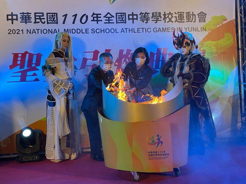 教育部體育署主任秘書葉丁鵬(左)和雲林縣現場張麗善共同引燃聖火。圖/體育署提供