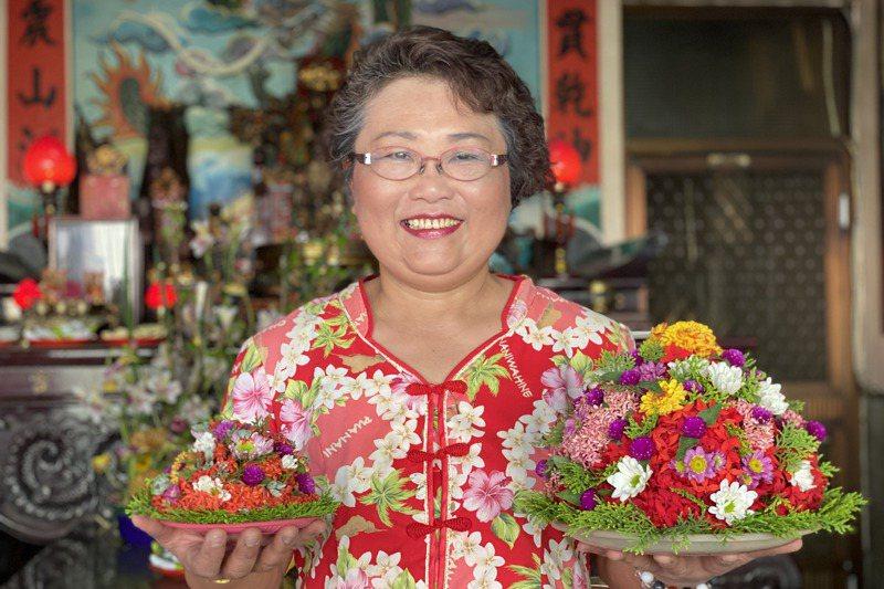 客家盤花老師徐加真製作盤花,色彩鮮豔,盤花象徵的對祖先、神明的敬重。記者劉星君/攝影