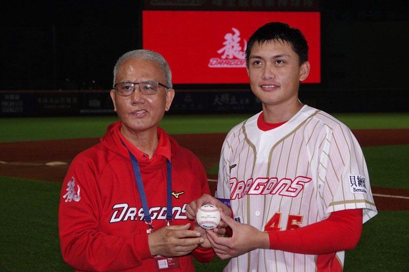 頂新集團三董魏應充(左)提出「棒球經濟生態圈」概念,希望帶動天母商圈發展。圖/聯合報系資料照片