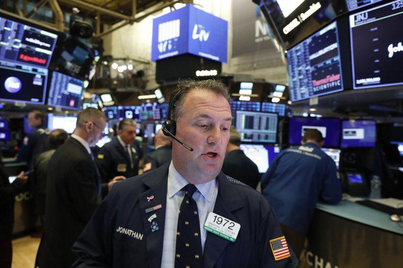 美股三大指數6日早盤同步下跌,投資人選擇在美股創高之際獲利了結,市場繼續評估拜登的2兆美元基建方案能否成真。路透