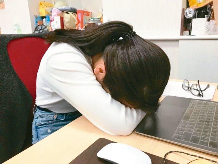調查指出,台北市高達84.5%的國高中生周間平均睡不到8小時,只睡七小時內的也占...