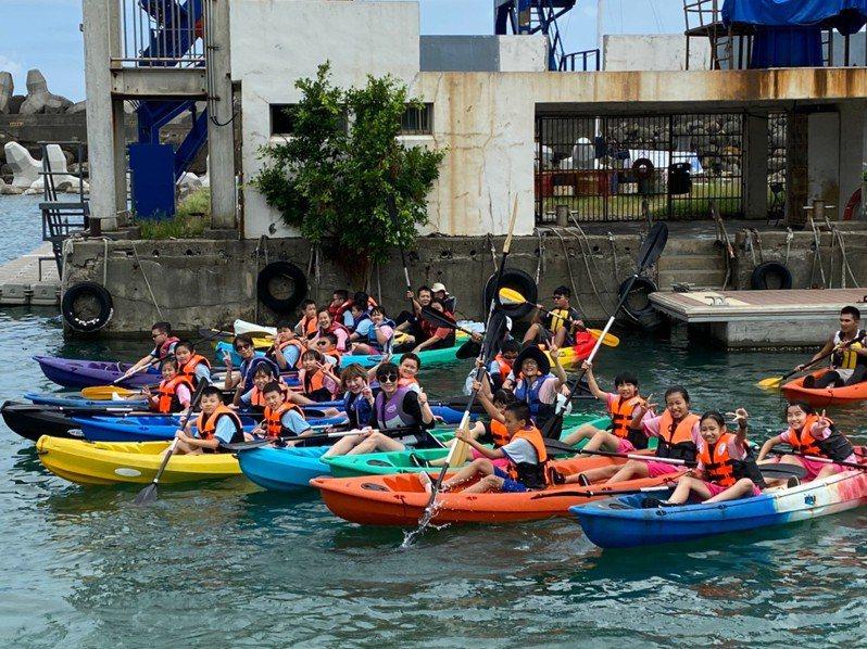 基隆市政府考量防疫,今年停辦端午龍舟賽,並比照去年改辦學生龍舟板體驗趣味競賽,圖為去年活動照片。圖/基隆市政府提供
