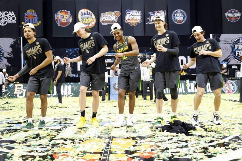 貝勒大學奪下隊史首冠,球員在球場跳舞慶功。(法新社)