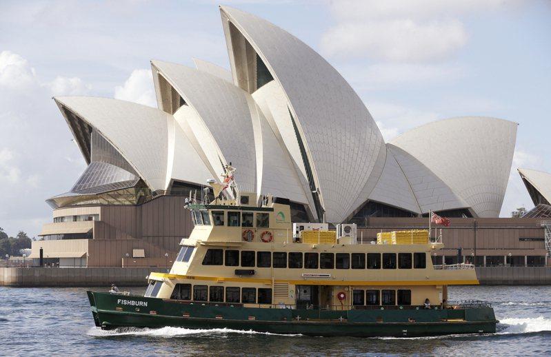 一艘渡輪六日航經澳洲雪梨歌劇院附近海面。紐西蘭六日宣布,和澳洲之間的「旅遊泡泡」十九日啟動,雙方旅客入境對方國家不用再隔離十四天。(美聯社)
