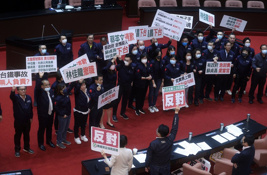 台鐵太魯閣號事故造成五十名乘客死亡,國民黨立法院黨團昨天提案要求行政院長蘇貞昌、...