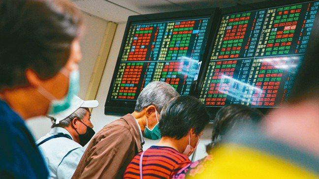 台灣上市櫃公司財報看起來競爭力十足,但亮麗的數據背後卻隱藏著令人憂慮的警訊。(中...