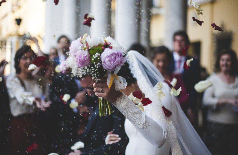 舉辦婚宴除主方有諸多細節要注意,受邀者也常煩惱禮金金額。 圖/pixabay