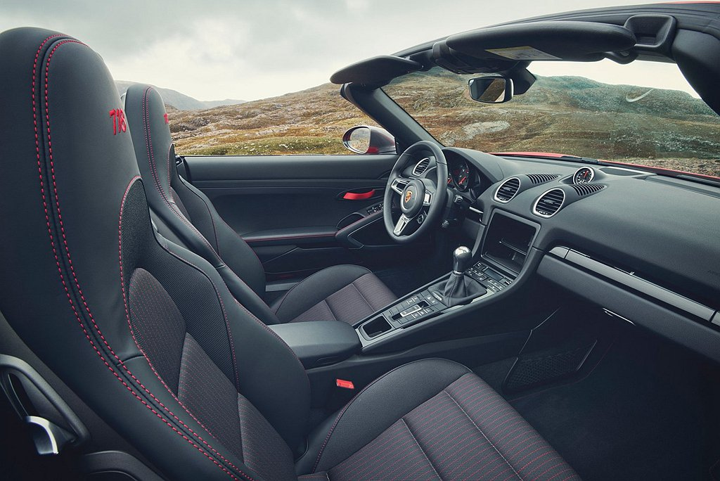 保時捷718 T以真皮包覆及豪華內襯,配備駕駛模式切換器的360mm GT跑車式...