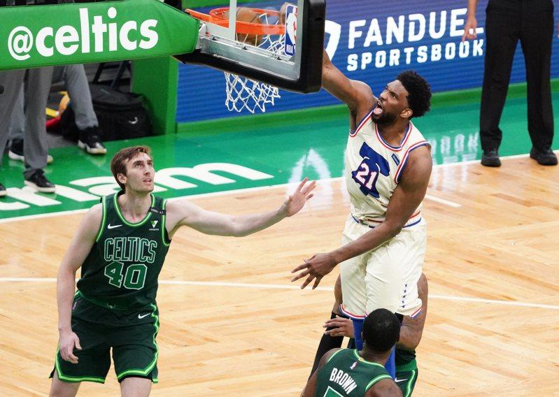 安比德(右)對塞爾蒂克豪取35分6籃板,儼然76人的「護隊神山」。 路透