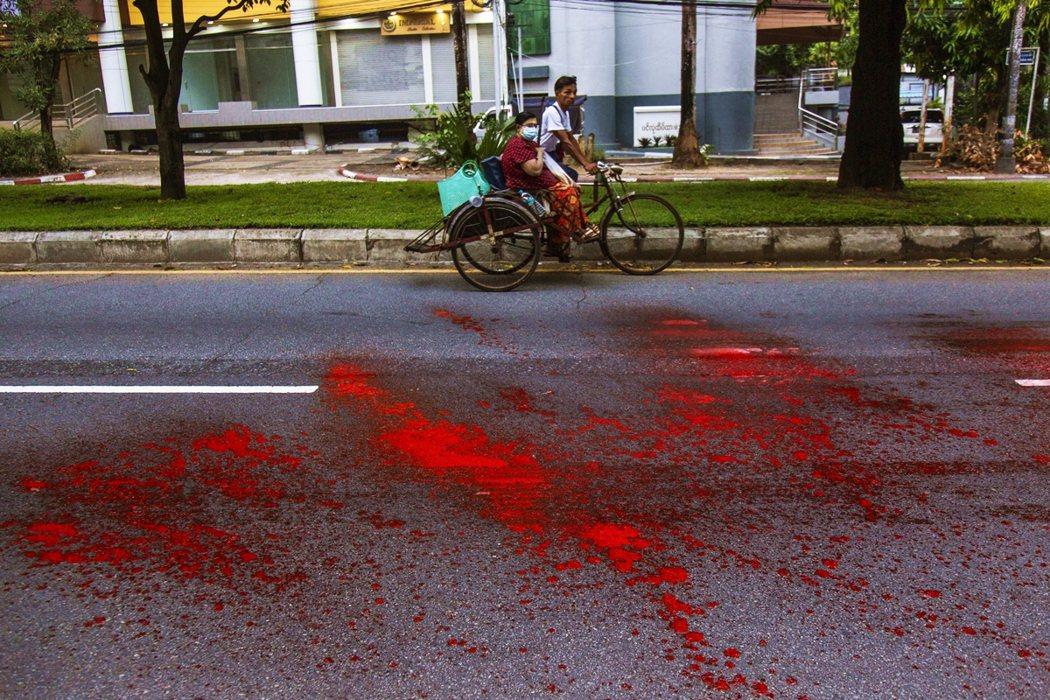 近日的仰光街頭抗爭,也出現以裝著紅色油漆的水球投擲在重要幹道上,象徵著軍警無情射...
