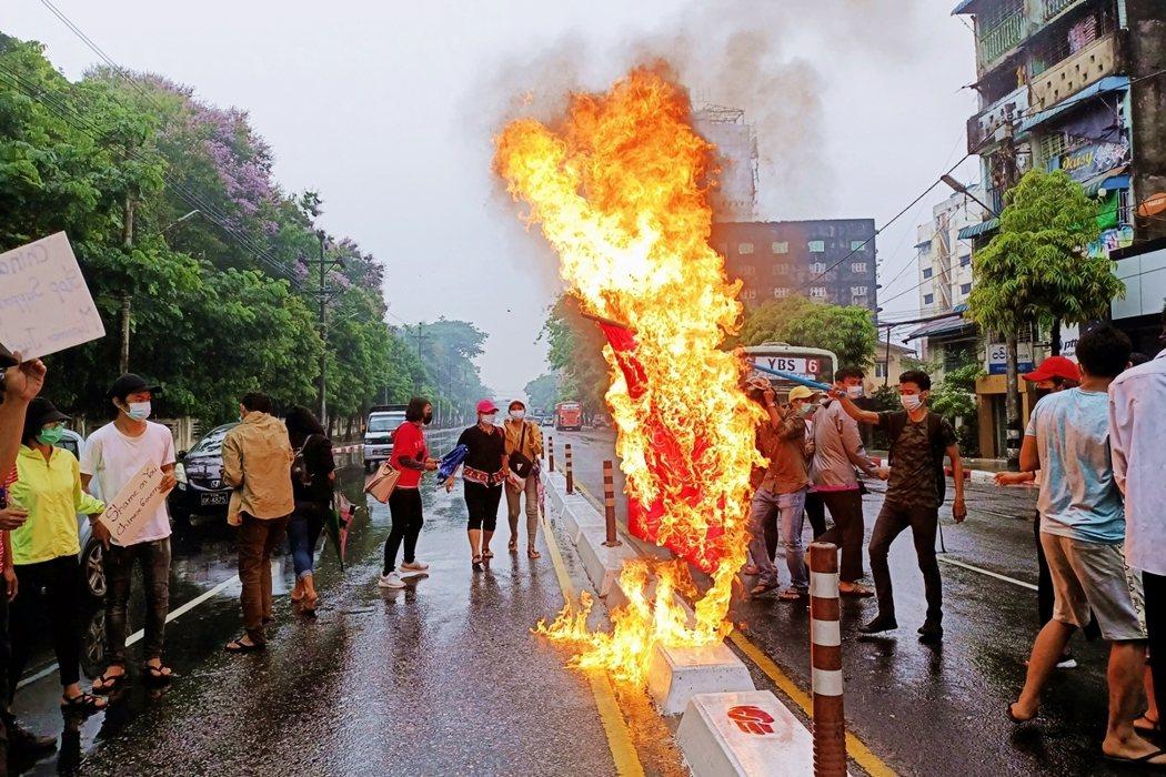 在過去72小時內,仰光街頭就陸續出現了各種避免與軍警正面衝突的「快閃示威」,像是...