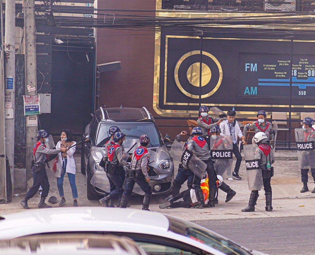 「醫護人員已成為緬甸軍警捕抓的『故意狩獵』對象...」緬甸政變的軍政府暴力鎮壓,...