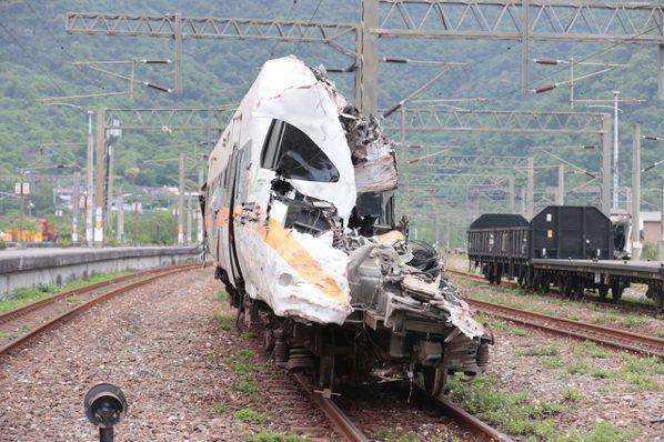 太魯閣號撞車事故,卡在隧道內的第八節車廂昨天深夜終於拉出,停放在和仁車站,向花蓮...