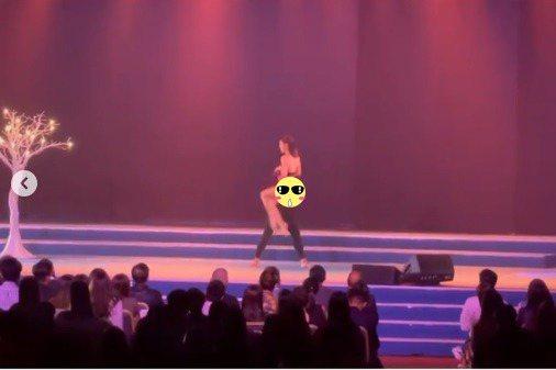 因選美節目打開知名度的香港女星李炘頤(ALINA LEE)擁有一身好舞技,她6日在香港電視台「ViuTV」的5週年慶祝活動上表演,不過私乎因為動作太大扯到底褲,加上還有翻轉動作,讓她整個臀部露出!李...