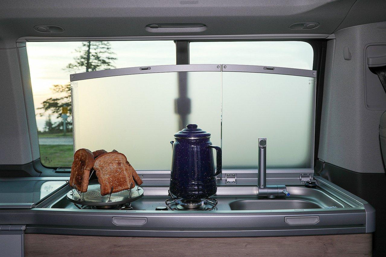 不僅帳篷無需費力再搭設,連瓦斯爐、冰箱、流理臺也都一應俱全。 圖/福斯商旅提供