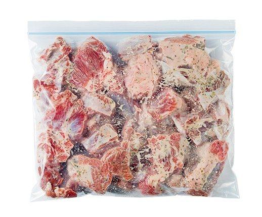 牛肉切成約5公分大小,所有材料搓揉均勻裝袋。 圖/台灣廣廈 提供