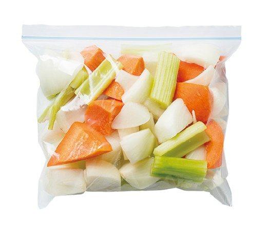米蘭番茄燉牛肉:蔬菜全部切塊狀後裝袋。 圖/台灣廣廈 提供