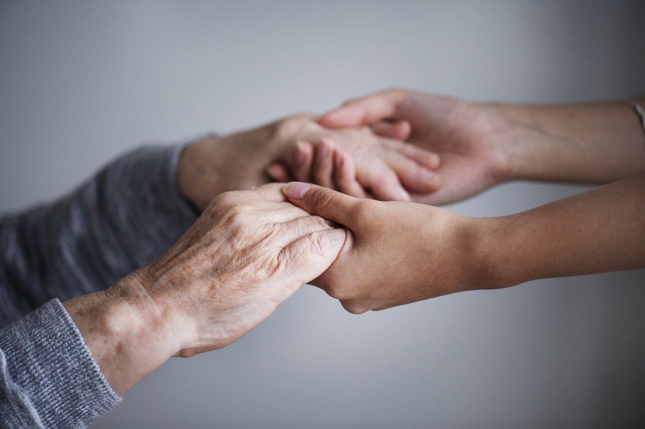 成熟又獨立的大人們,可以表現堅強,但不代表不需要被適度關懷。 示意圖/ingim...