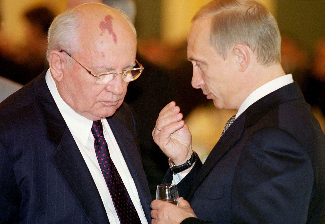 「戈巴契夫頭髮最多。」左為戈巴契夫,右為後來也明顯禿頭的普丁。 圖/美聯社