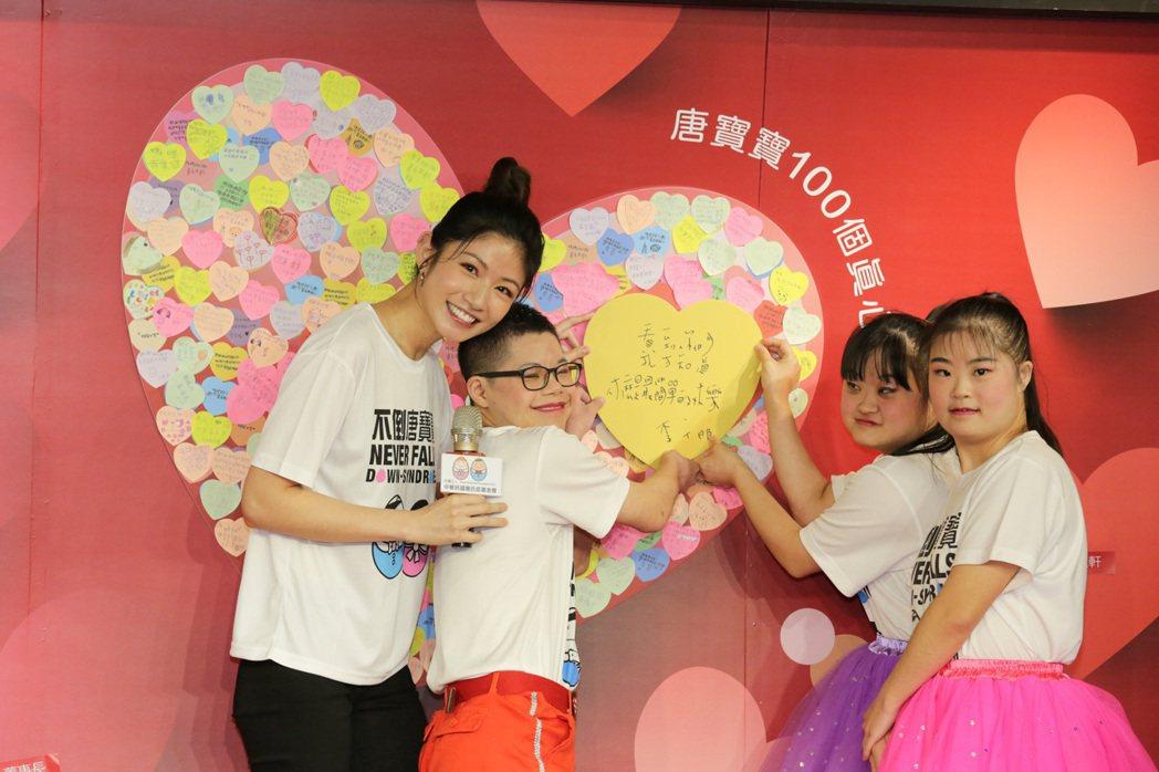 李千那(左)公布親手寫給唐寶寶的祝福。圖/唐氏症基金會提供
