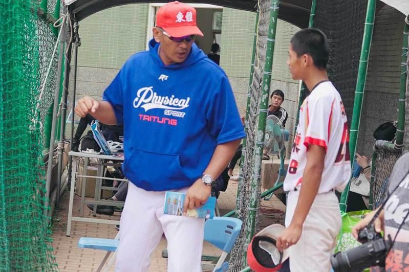 高龍偉(左)指導投手王宇傑。  王婉玲/攝影