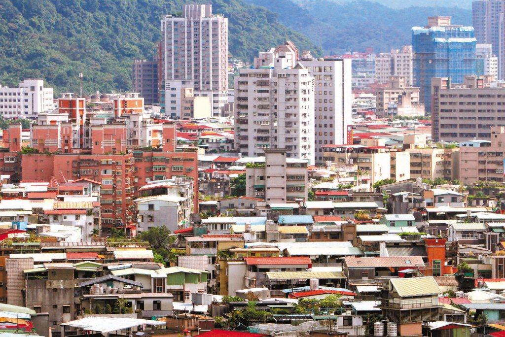 有網友好奇以老師的薪水能不能買得起台北市的房子。 圖/聯合報系資料照片