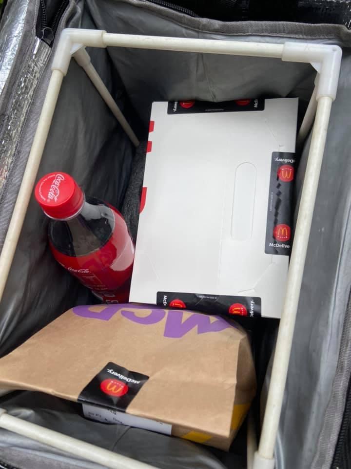原PO貼出照片,只見杯裝可樂改成瓶裝,外送時不易噴灑。圖擷自UberEats全台討論區