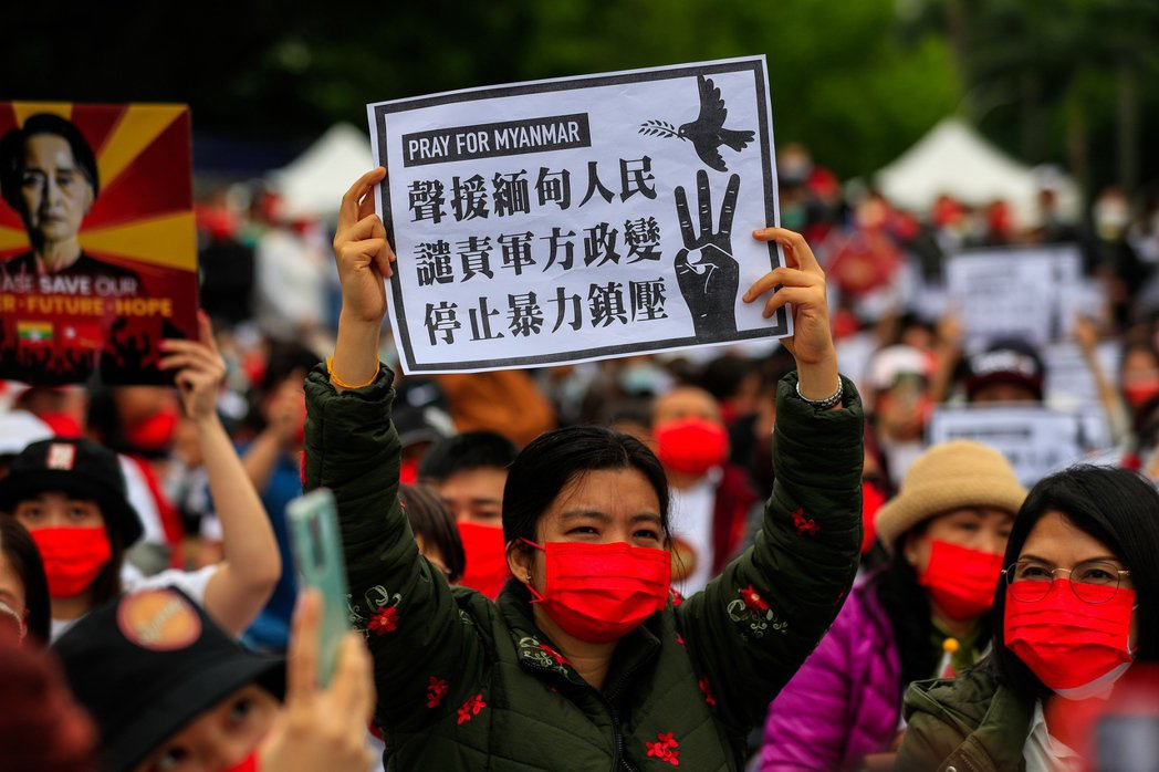 上千名緬甸人於3月21日、28日在台北自由廣場集結,抗議緬甸軍政府的獨裁與反民主暴力。 圖/歐新社