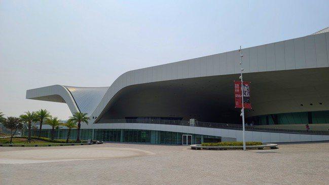 由廢棄軍營用地活化再利用的衛武營藝術文化中心,是全球最大單一屋頂劇院。 圖/梁旅...