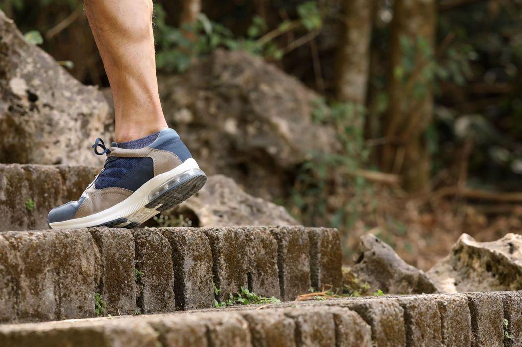 醫師建議健走就是強肌健骨最佳的運動,但需穿著合適健走鞋加強安全防護。阿瘦皮鞋/提...