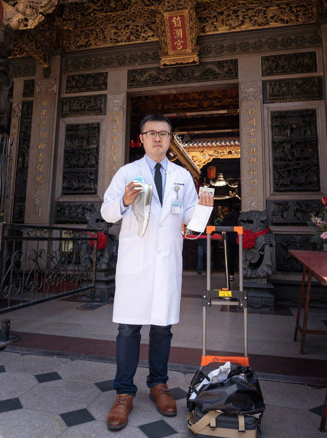 光田綜合醫院骨科醫師嚴可倫提醒參加大甲媽遶境,「好鞋、推車、口罩、藥、健保卡」缺...