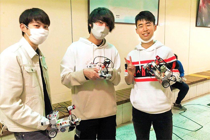 中華大學開設「機器人程式設計實務」限定課程,讓日本籍的學生與資訊工程學系的同學互...