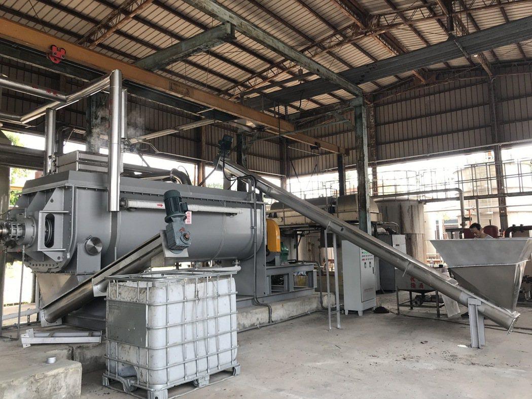 淼鴻能源替屏東酒廠安裝汙泥乾燥設備,原先含有90%的水分可降至35%。宋依靜/攝...