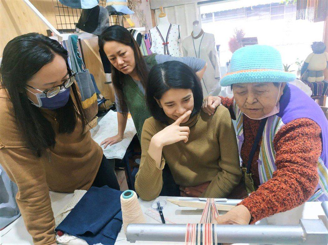 勞動部多元就業開發方案-德米路偏鄉人才育成計畫,協助在地婦女學習傳統織布工藝。 ...