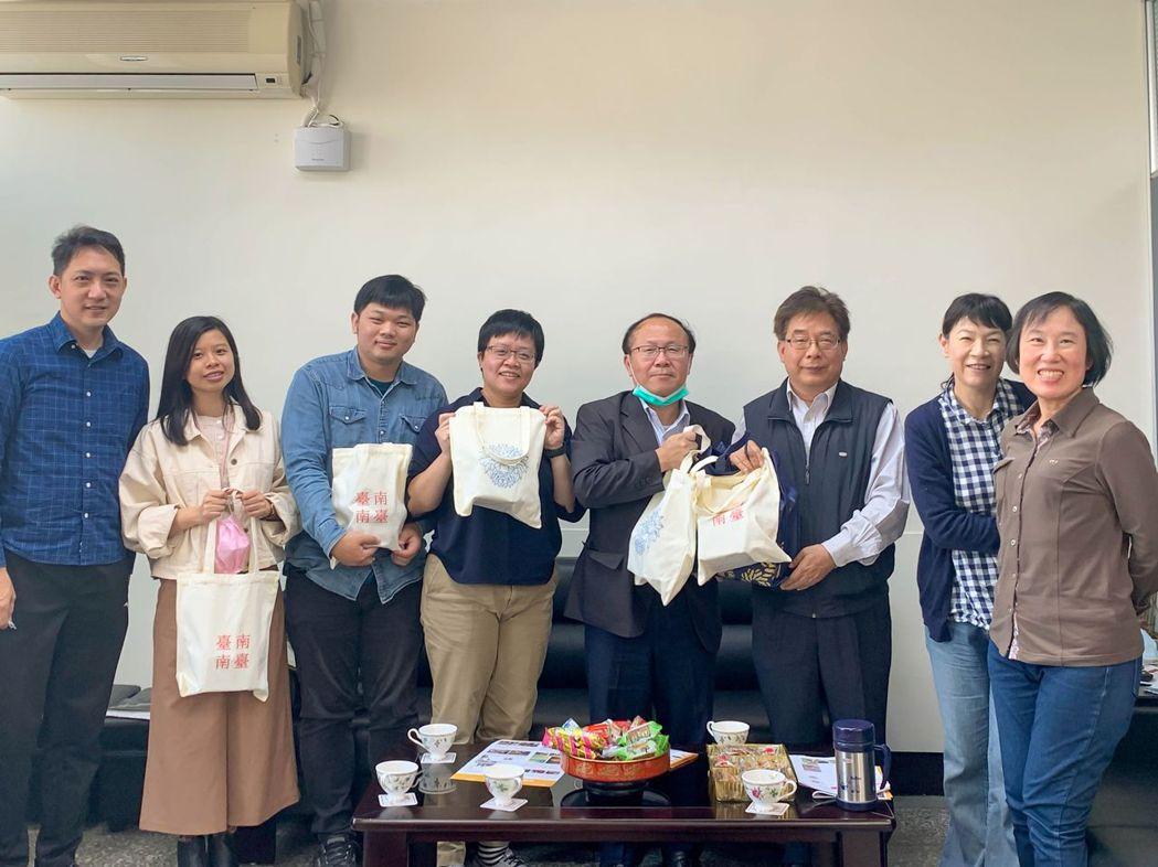 副校長賴明材(左五)帶領USR計畫執行團隊拜會社區深化夥伴關係。 南臺科大/提供