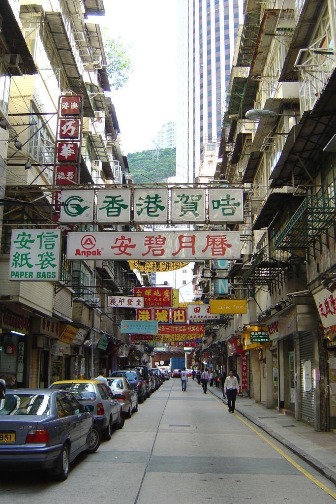 重建前的利東街,人車共用一道,街區較顯擁擠。 呂元祥建築師事務所/提供