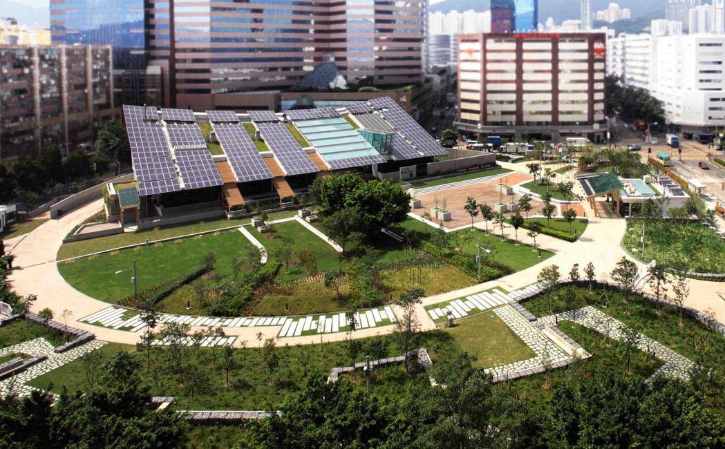 香港首座零碳環保建築項目「零碳天地」,RLP透過在建築本身加裝太陽能板與生物柴油...