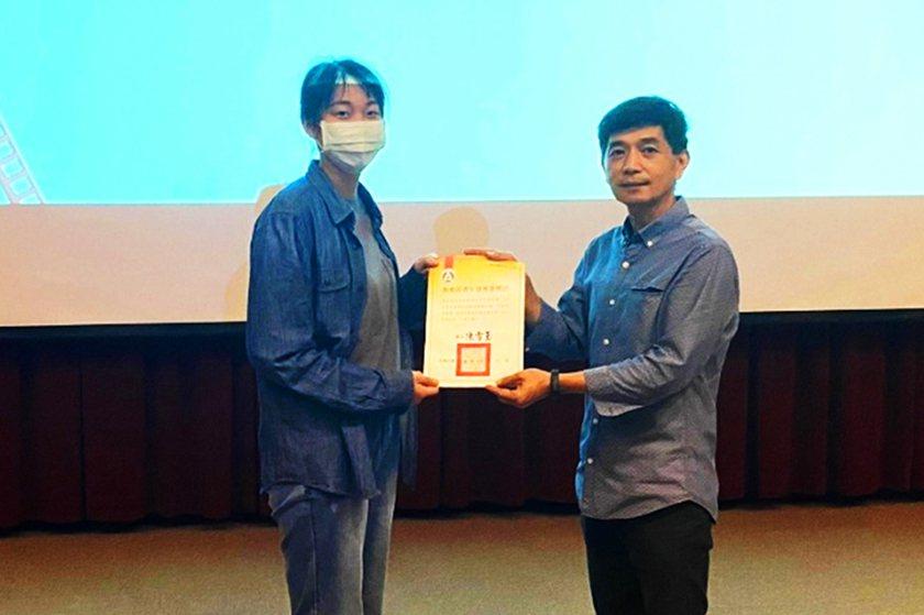 中國科大影視系主任王昭旺(右)特別於系周會頒獎表揚同學游宛親。 校方/提供