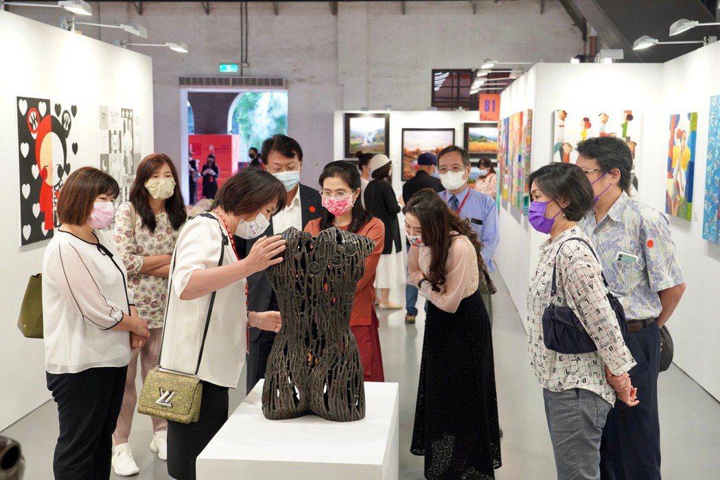 實體收藏家因疫情紛擾蟄伏,在連假4天裡紛紛進場看展並入手收藏。 台北新藝術博覽會...