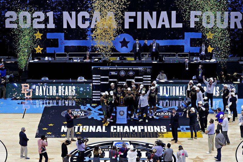 貝勒大學男籃校隊組建115年以來,首度拿下NCAA金盃。 路透