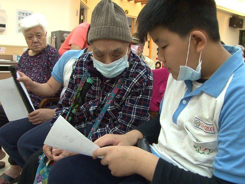 瑞芳區學生們前來明燈托老中心進行雙語關懷,老人家學習快,英文單字能親易上口。 圖/觀天下有線電視提供