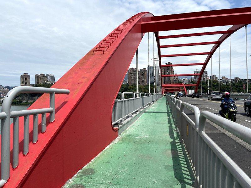 關渡大橋今年度至今仍發生有3件跳水案件,對此新北市議員鄭宇恩希望能夠想辦法防止民眾攀爬關渡橋。 圖/紅樹林有線電視提供