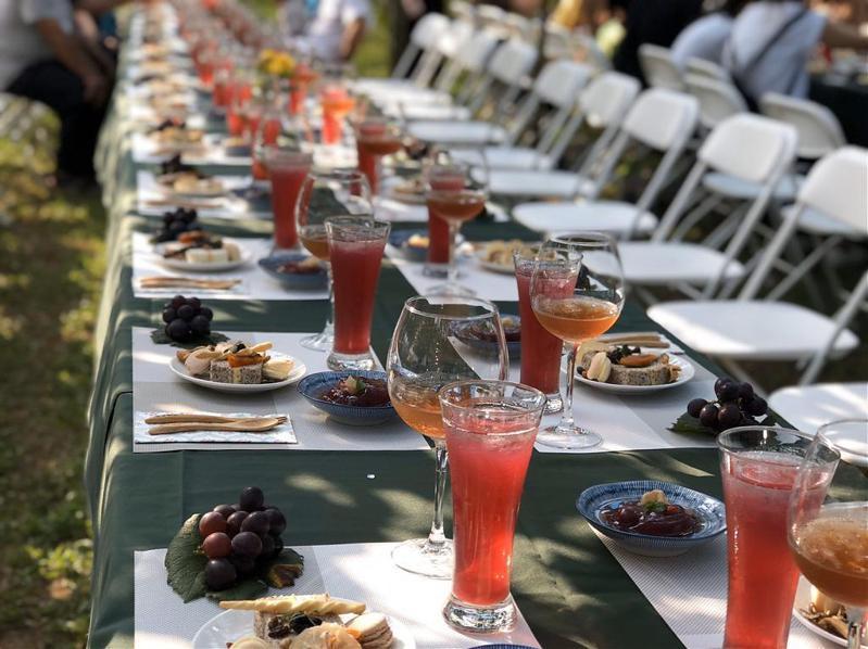 ▲跟著食物去旅行-新峰農場葡萄藤下私廚饗宴。(圖/Tripbaa趣吧!自由行專家)